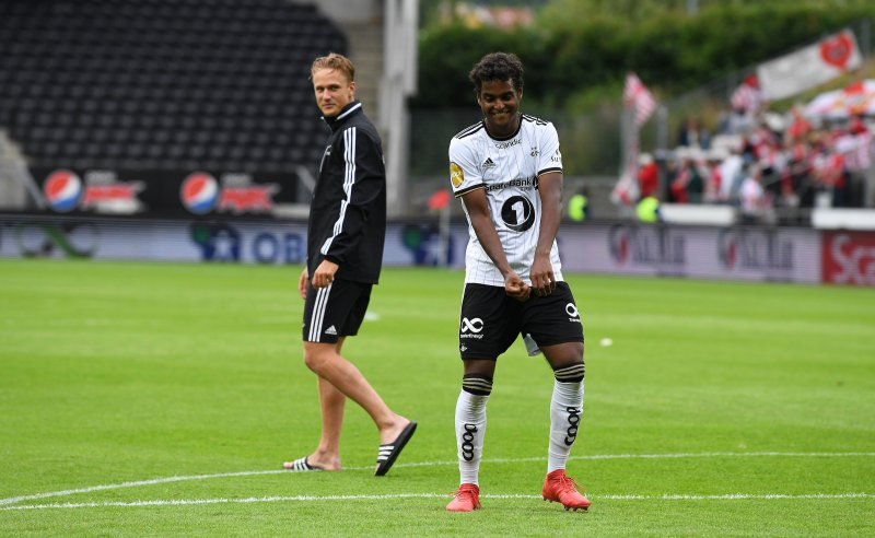 Emil fikk sin revansje da han storspilte mot Tromsø. Her danser han for Kjernen etter kampen.