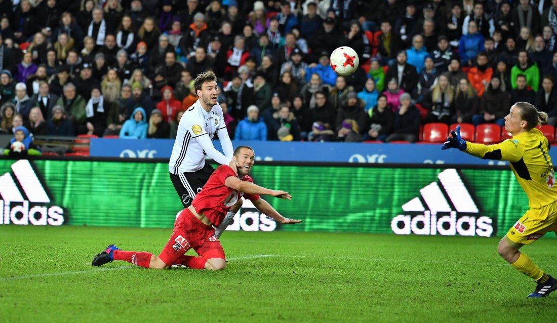Nicklas Bendtner rager høyere enn Odds Espen Ruud og sender Rosenborg i ledelsen 1-0 bak Odds keeper Sondre Rossbach. Foto : Arve Johnsen, Digitalsport