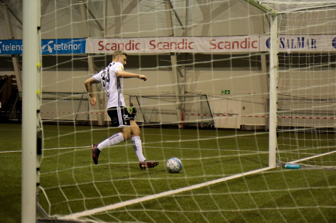 Botheim runder keeper og scorer Rosenborgs første mål i 2018.