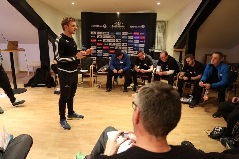 Lasse Hoftun forklarer deltakerne om deres nye bestevenn: skritt-telleren.