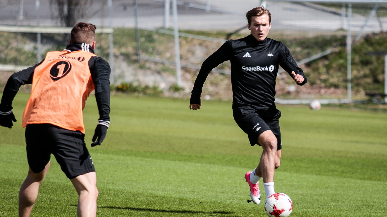 Morten Ågnes Konradsen forsøker å passere Alex Gersbach