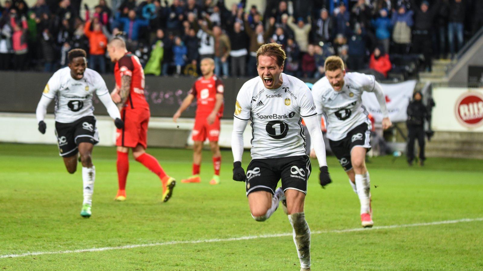 Ander Ågnes Konradsen med Nicklas Bendtner og Mushaga Bakenga i hælene.