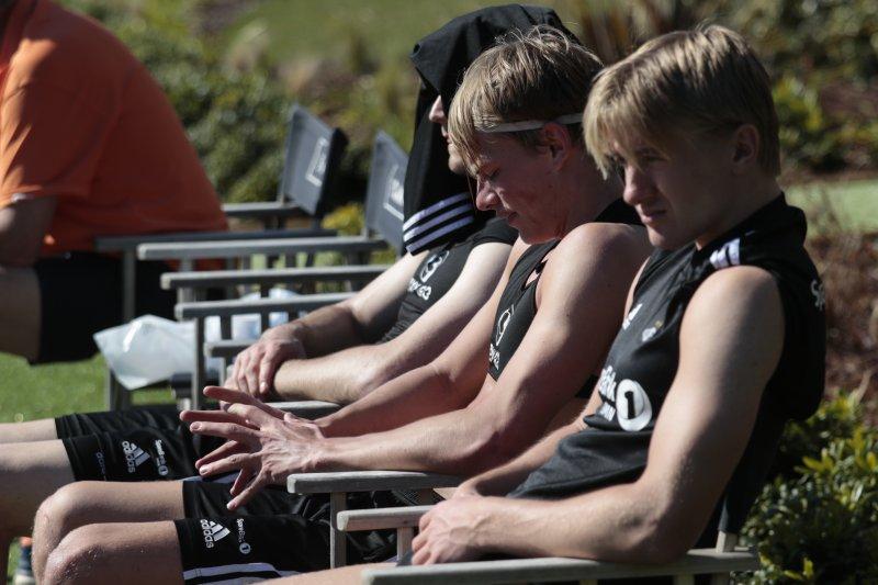 TØFFE TAK: Det er godt å sløve i sola når treningen er over.