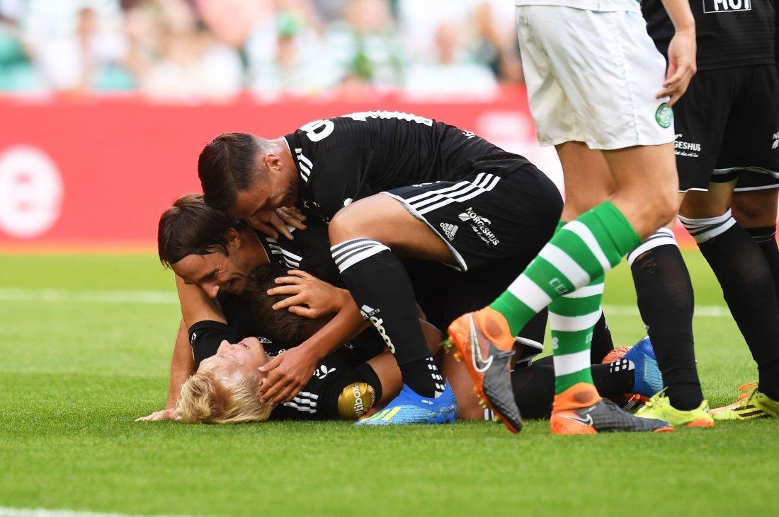 PERFEKT START: Birger Meling banket Rosenborg i føringen i Celtic Park, og ble gratulert av lagkameratene.