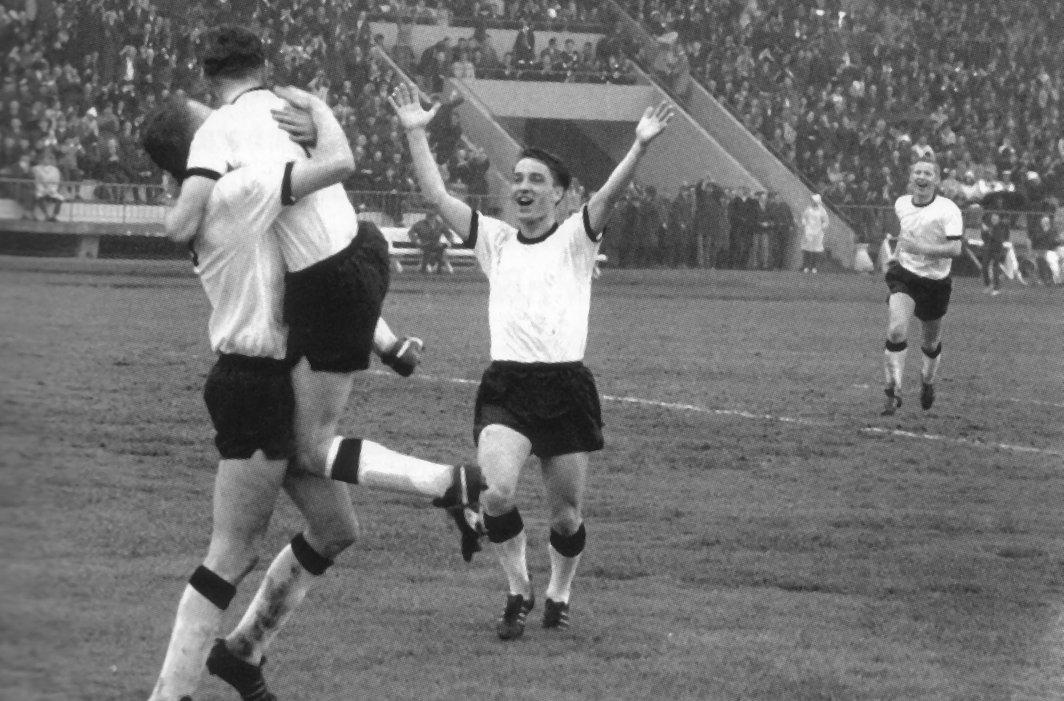 Toppoppgjør i 1967 mot Lyn. Målscorer Odd Iversen løfter Tor Kleveland, mens Harald Sunde og Nils Arne Eggen jubler i bakgrunnen.