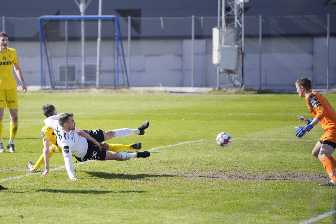 ÅPNET KONTOEN: Dino Islamovic kjempet inn 1-0 etter innlegg fra Adam Andersson.