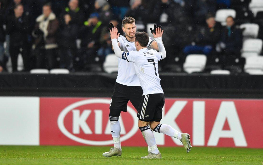 Rosenborg prøvde å gjøre et bedre inntrykk i andre omgang og scoret to mål. Nicklas Bendtner hadde målgivende på begge, mens Samuel og Jensen ble målscorere.