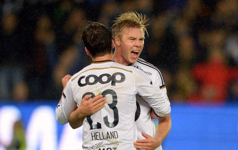 Alexander Søderlund jubler for skåring sammen med Pål André Helland.