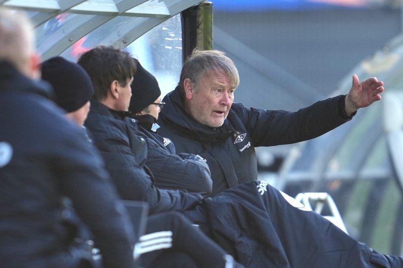 KLAR TALE: Åge Hareide med tydelige beskjeder undervegs i kampen. Rosenborg vant 3-0 mot Kristiansund. (Foto: NTB)