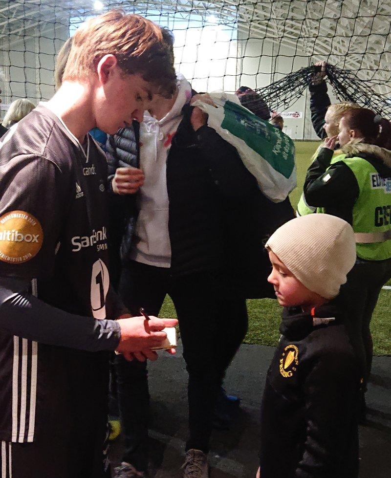 Håkon Gangstad fikk sine første A-lagsminutter for Rosenborg og stilte opp for barna etter kampen. Horneland tror på flere A-lagsøkter for den unge venstrebacken.
