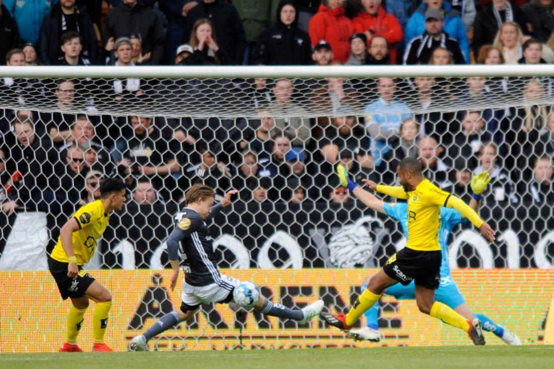 OPPOFRENDE: Yann-Erik de Lanlay kastet seg foran og hindret scoring etter 15 minutter.