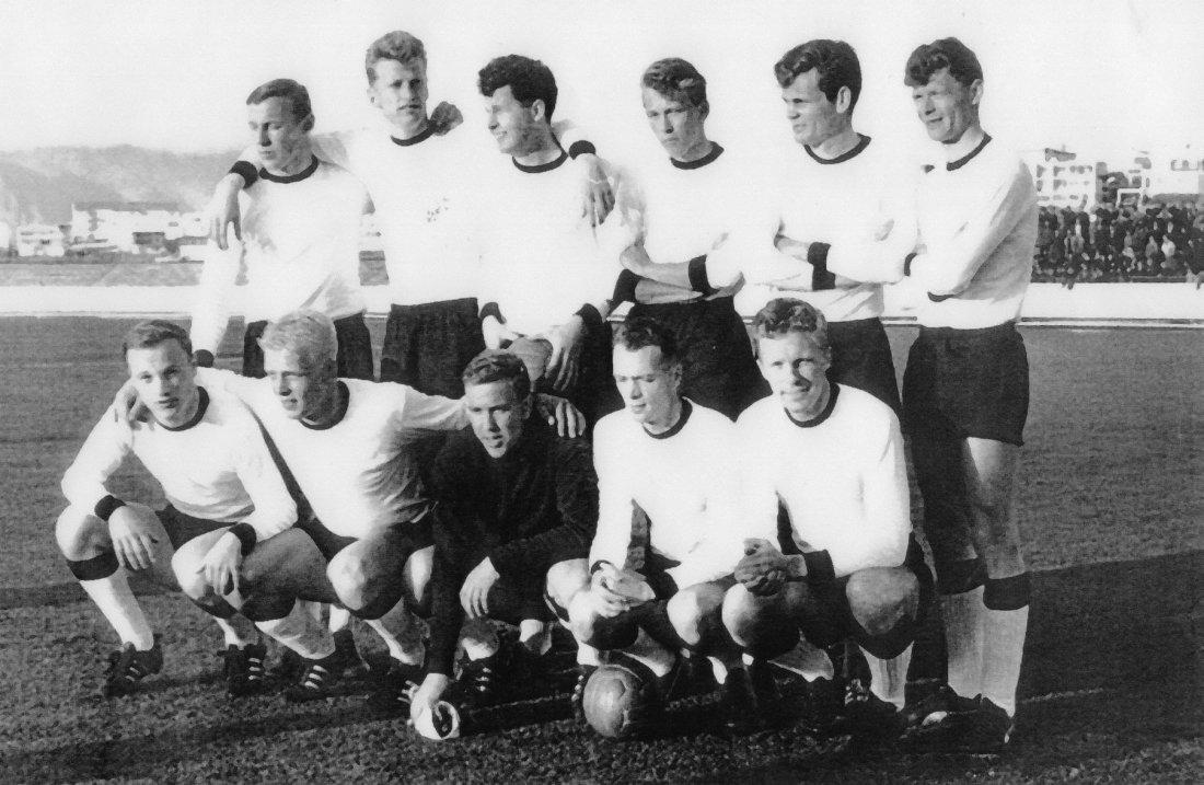 1965. RBK i sin første Europacup kamp. Bak f.v. T.Pederse,B.Thingstad,K.Rønnes,T.Lindvaag,E.Hansen,T.Kleveland foran f.v. S.Haagenrud,K.Jenssen,T.R.Fossen,K.Hvidsand,E.Nygaard.jpg